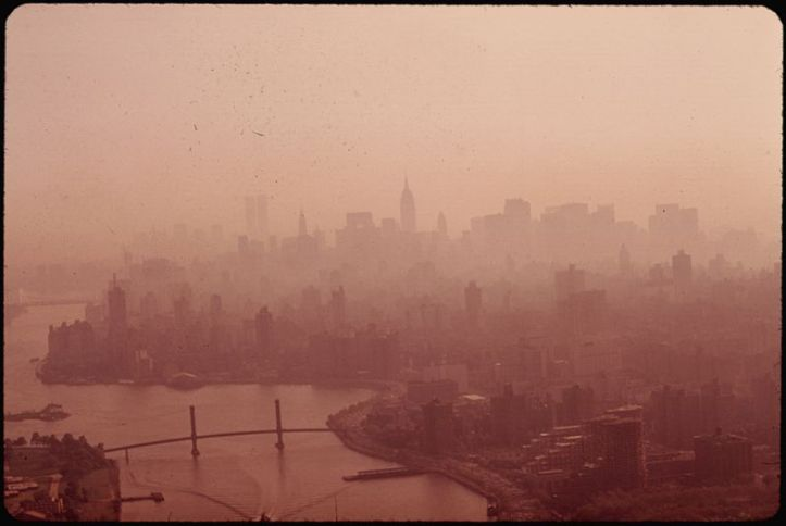 800px-EAST_RIVER_AND_MANHATTAN_SKYLINE_IN_HEAVY_SMOG_-_NARA_-_548365